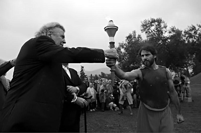 Μίκης Θεοδωράκης παραδίδει τη Φλόγα του Μαραθωνίου Δρόμου - 2012